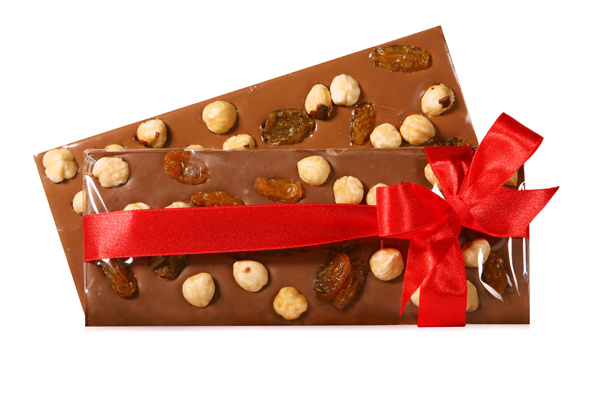 Шоколад с орехом и изюмом