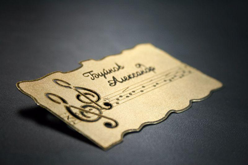Металлическая визитка оригинальной формы