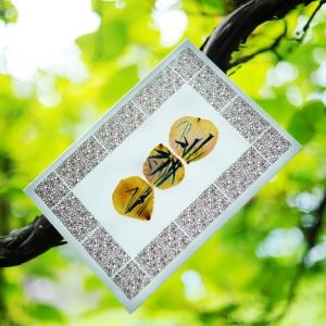 Авторская открытка с лепестками роз
