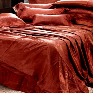 Элегантный спальный комплект из шелка