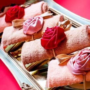 Махровое пирожное с розой из шелка