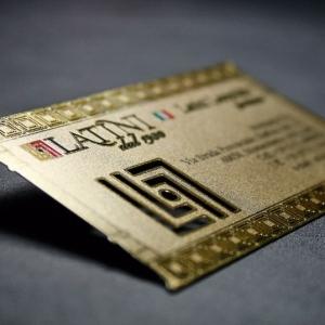 Металлическая визитка с золотым тиснением