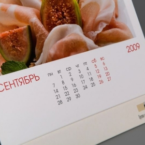 Устойчивый перекидной настольный календарь с крупной календарной сеткой