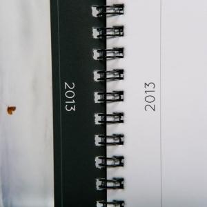 Пружинное крепление страниц перекидного настольного календаря